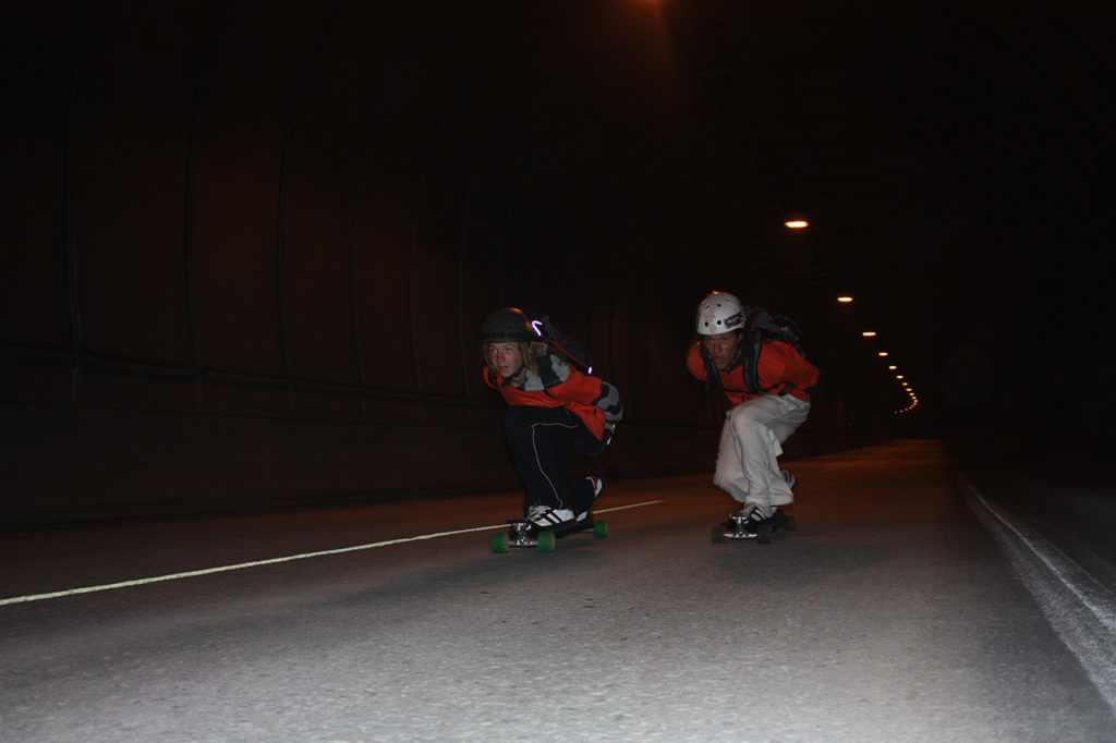 På skateboard langs Lofoten, i tunnel